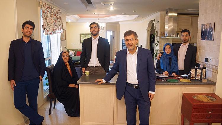 خاندان سعیدی در یک نما: از راست به چپ؛ محمدرضا، مریم، امیرحسین، سجاد، الهه عصاری و محمد علی سعیدی.